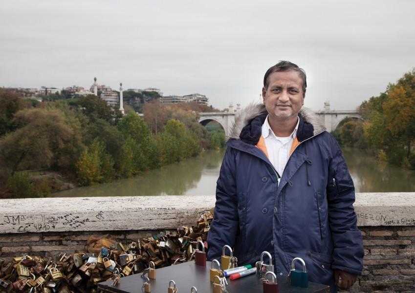 """Abul Kalam aus Bangladesch verkauft auf der """"Ponte Milvio"""" der Milvischen Brücke das Zubehör für den Brauch."""