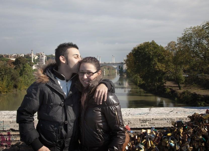 Orazio und Rosmaria - Gemäß dem Brauch haben sie das Schloss gekauft, und ketten es nach dem Beschriften zu den anderen tausend Schlössern an der Brücke.