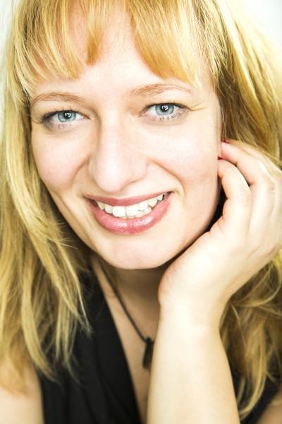 Anne Holmok, Singer