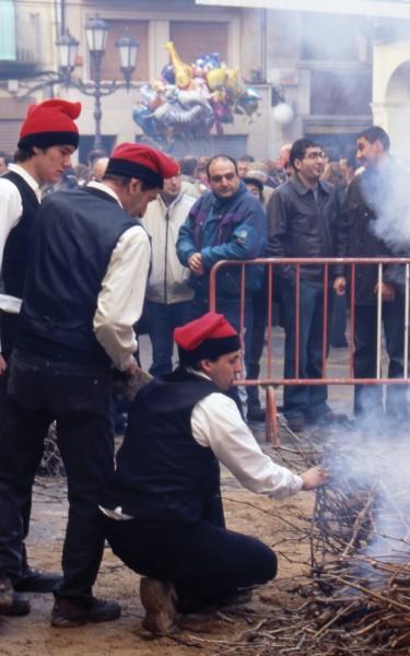 Die Grillmeister tragen die katalanische Tracht.