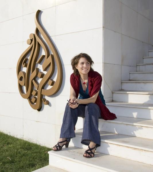 Stephanie Deotzer vor dem Senderlogo Al-Dschasira
